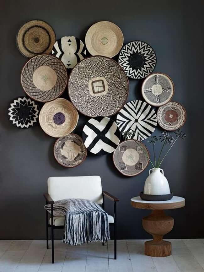 Mur décoré de belles assiettes de formes diverses