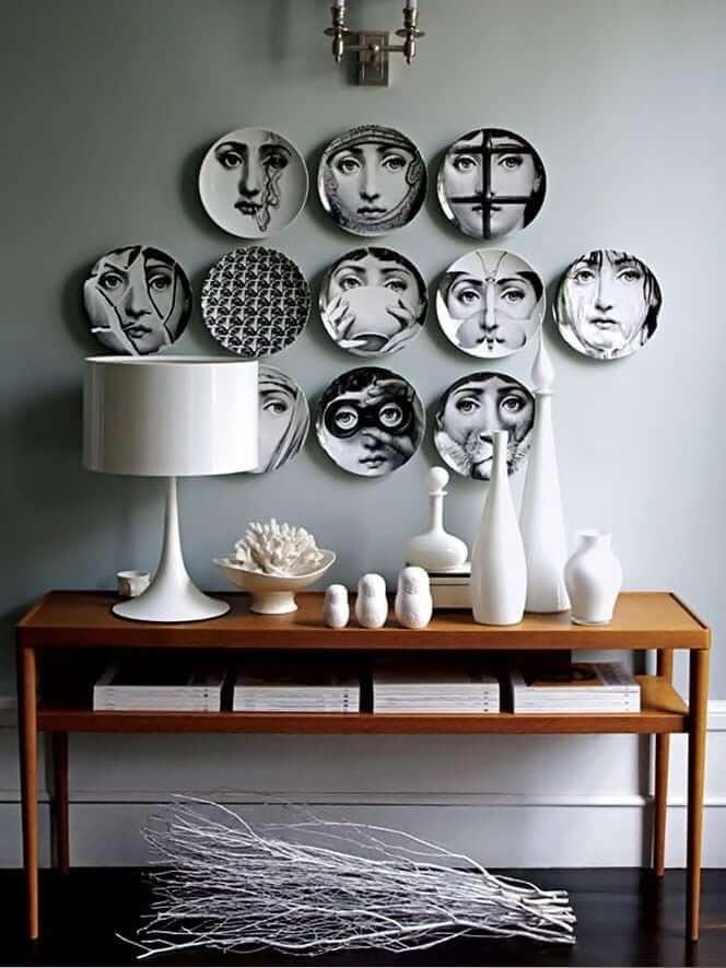 Plaques sur le mur avec des images de photographies