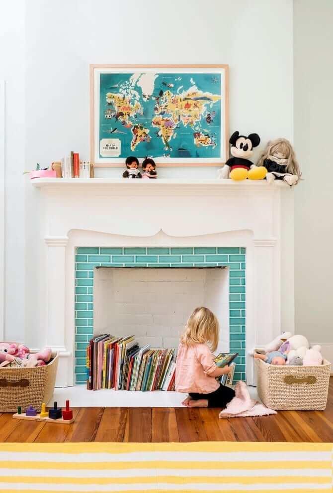 Cheminée décorative dans la chambre des enfants