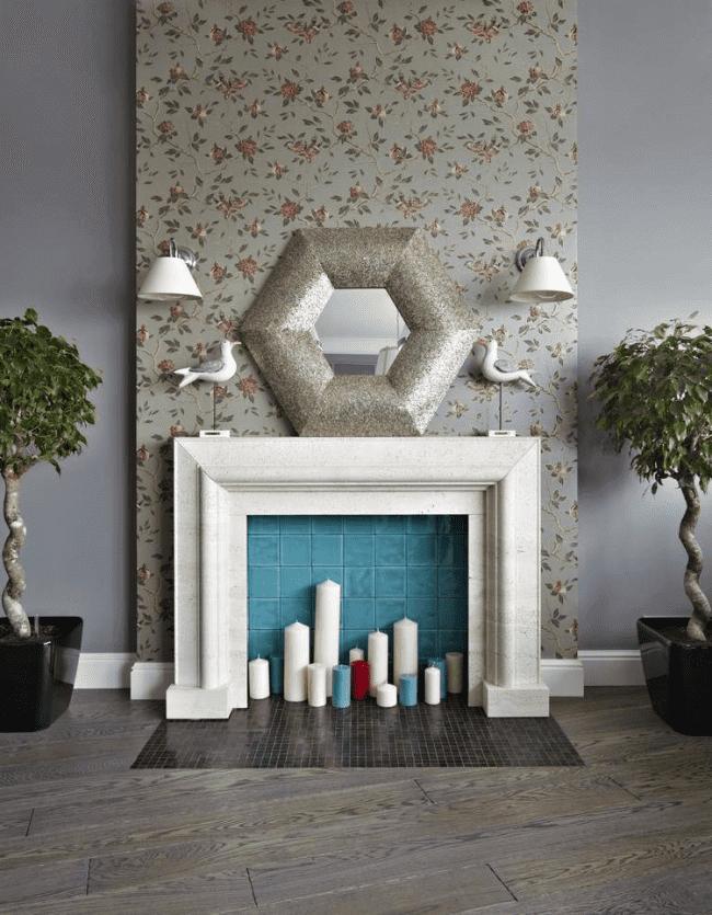 L'imitation d'une cheminée sera particulièrement belle en combinaison avec un miroir et des bougies.