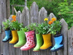 fleurs dans des bottes en caoutchouc