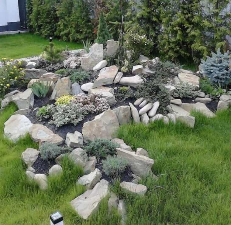Альпинарий из больших камней