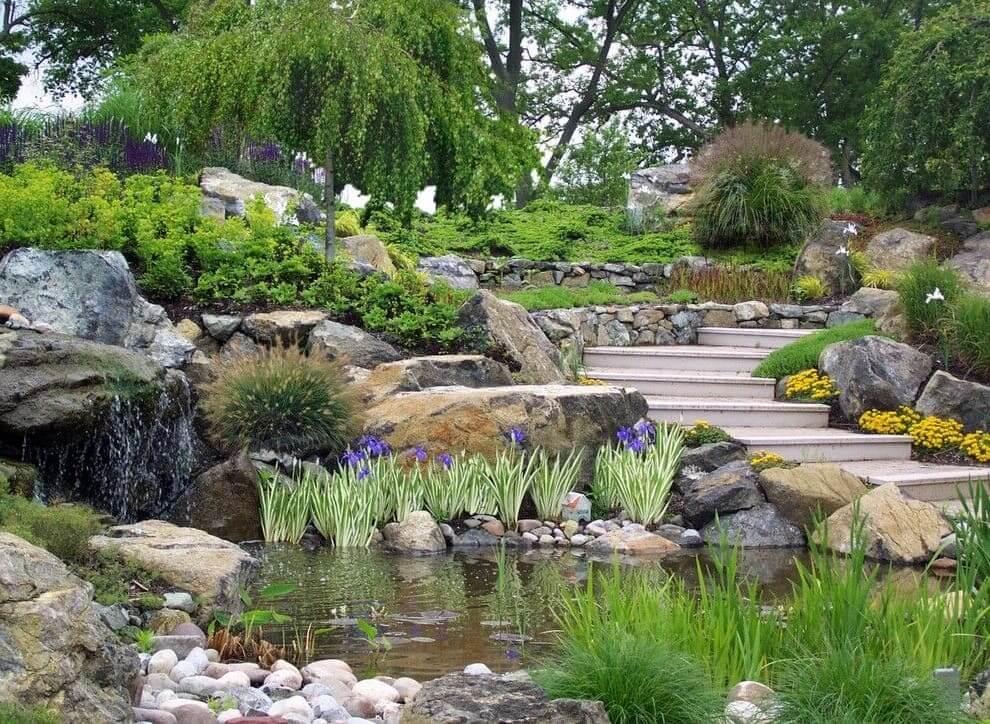 Красивый сад в живописном месте