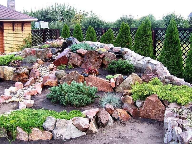 Неправильная форма камней придает композиции особый шарм