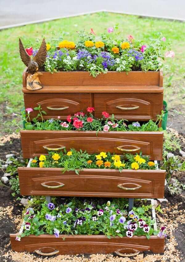 Cette photo montre parfaitement comment faire un parterre de fleurs à partir de vieux meubles.