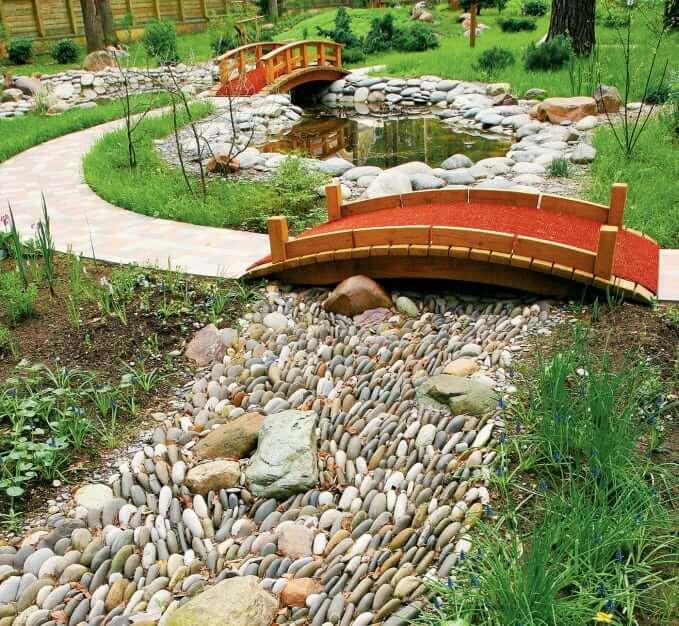 Le ruisseau sec se marie bien avec les ponts décoratifs qui les traversent