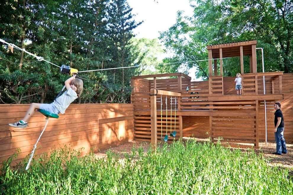 Si l'espace le permet, l'aire de jeux peut être équipée d'une descente sur corde.  L'essentiel est qu'il soit sûr.