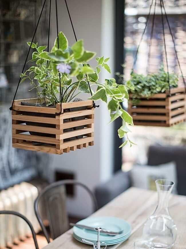 Des pots suspendus en bâtons de bois peuvent servir de décoration pour la terrasse