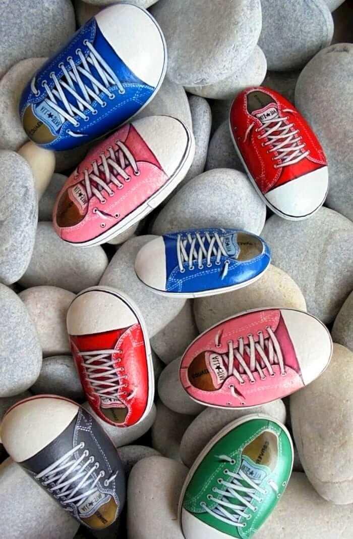 Des pierres en forme de baskets multicolores apporteront de l'originalité à votre jardin