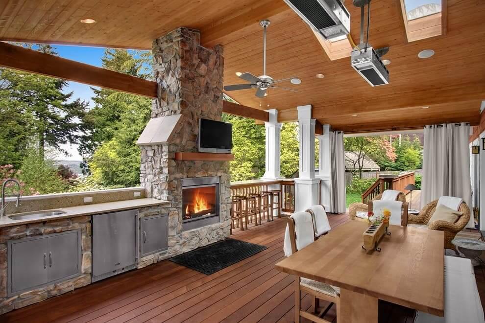 Красивый, легкий и непринужденный интерьер летней кухни пристроенной к дому