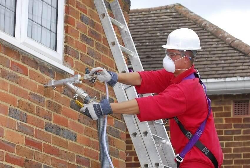 Isolation des murs d'une maison en briques à l'aide de mousse de polyuréthane liquide (PPU)