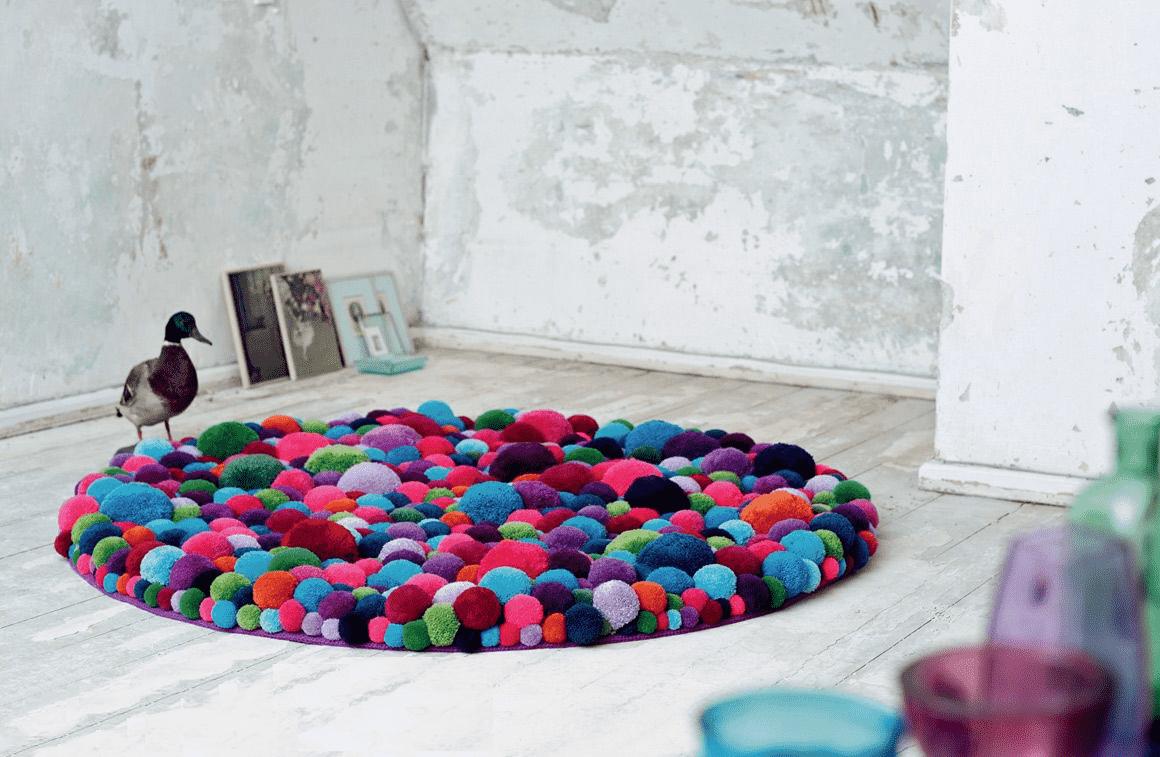 Необычный ковер из мягких разноцветных шариков