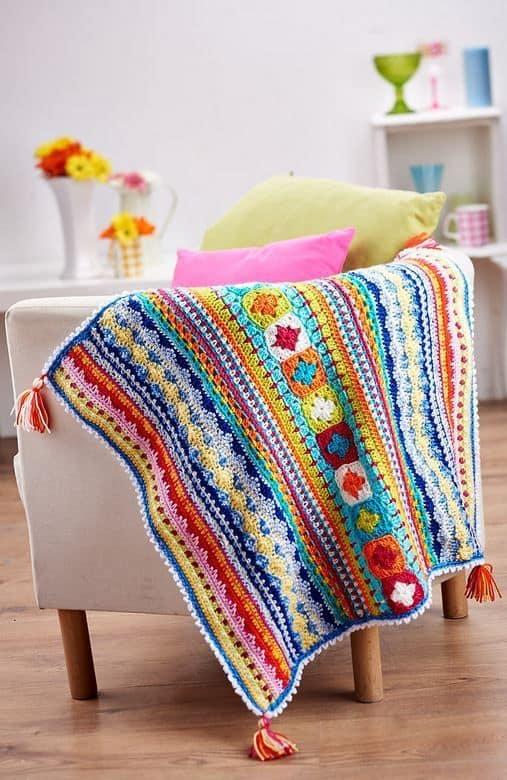 Домашний плед можно также использовать в качестве накидки для кресла
