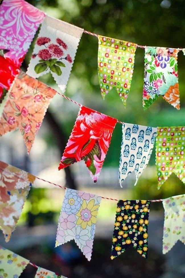 Украсить бумажной гирляндой можно не только стены, но и сад