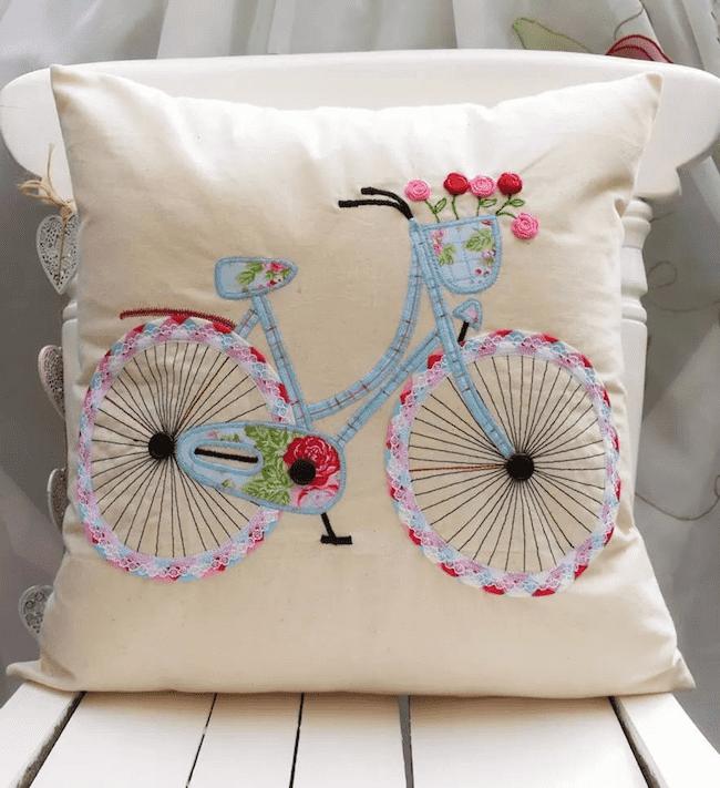 Нашивка на подушке в виде велосипеда