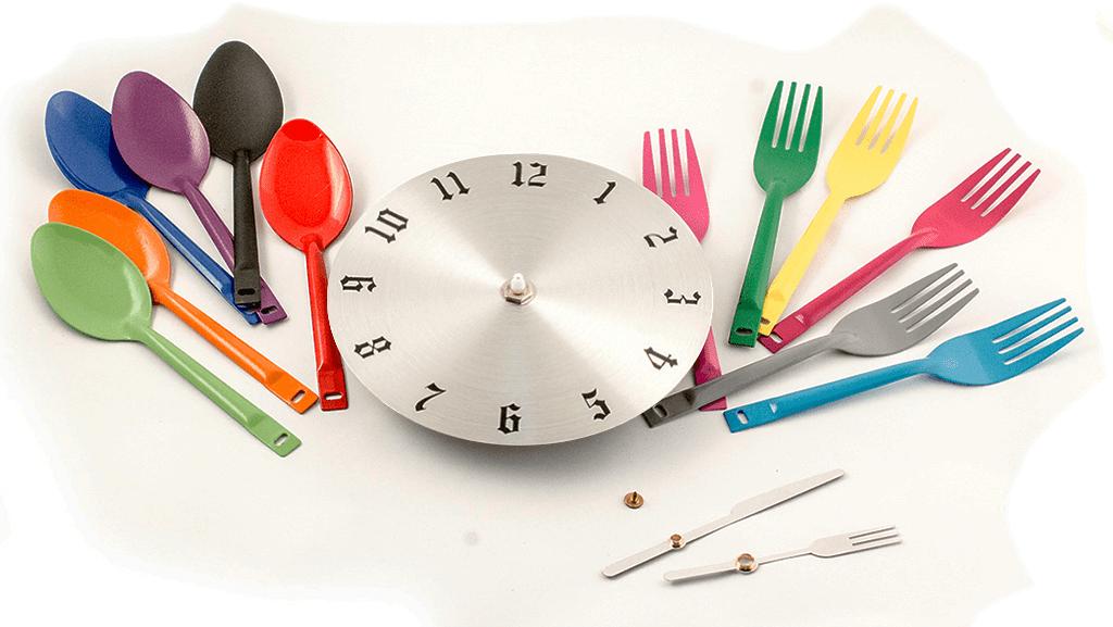 Процесс изготовления кухонных часов значительно упрощается, если использовать специально предназначенный для этого декоративные ложки и вилки