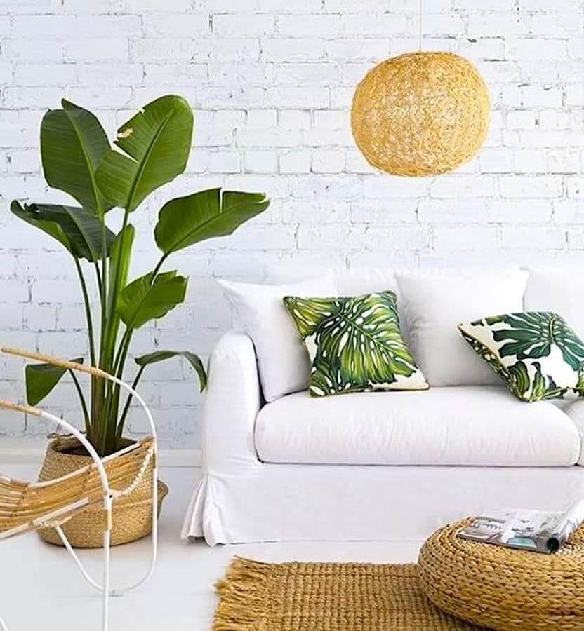 Разбавить монохромность белоснежного интерьера помогут комнатные растения и стилизованные под них декоративные подушки