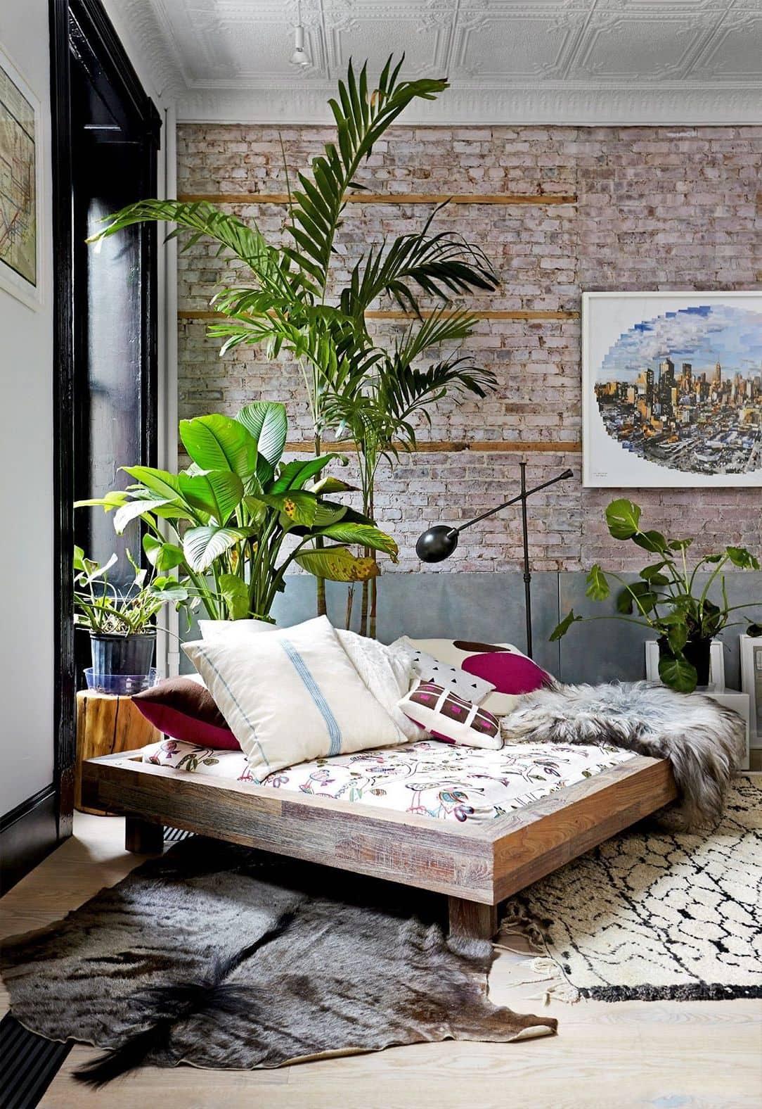 Интерьер в стиле лофт с домашними растениями