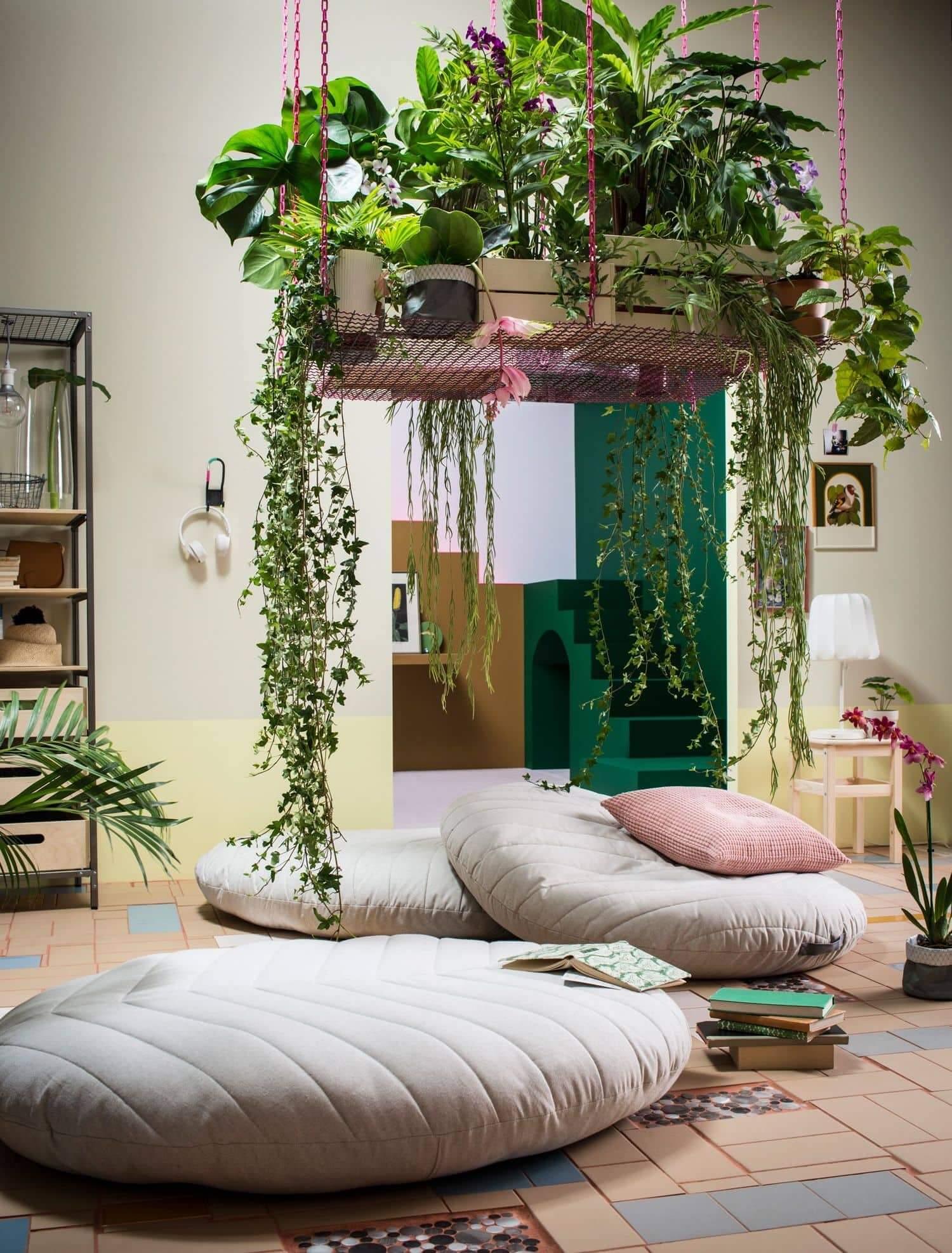 Невероятно красивая подвесная композиция из цветов и домашних растений
