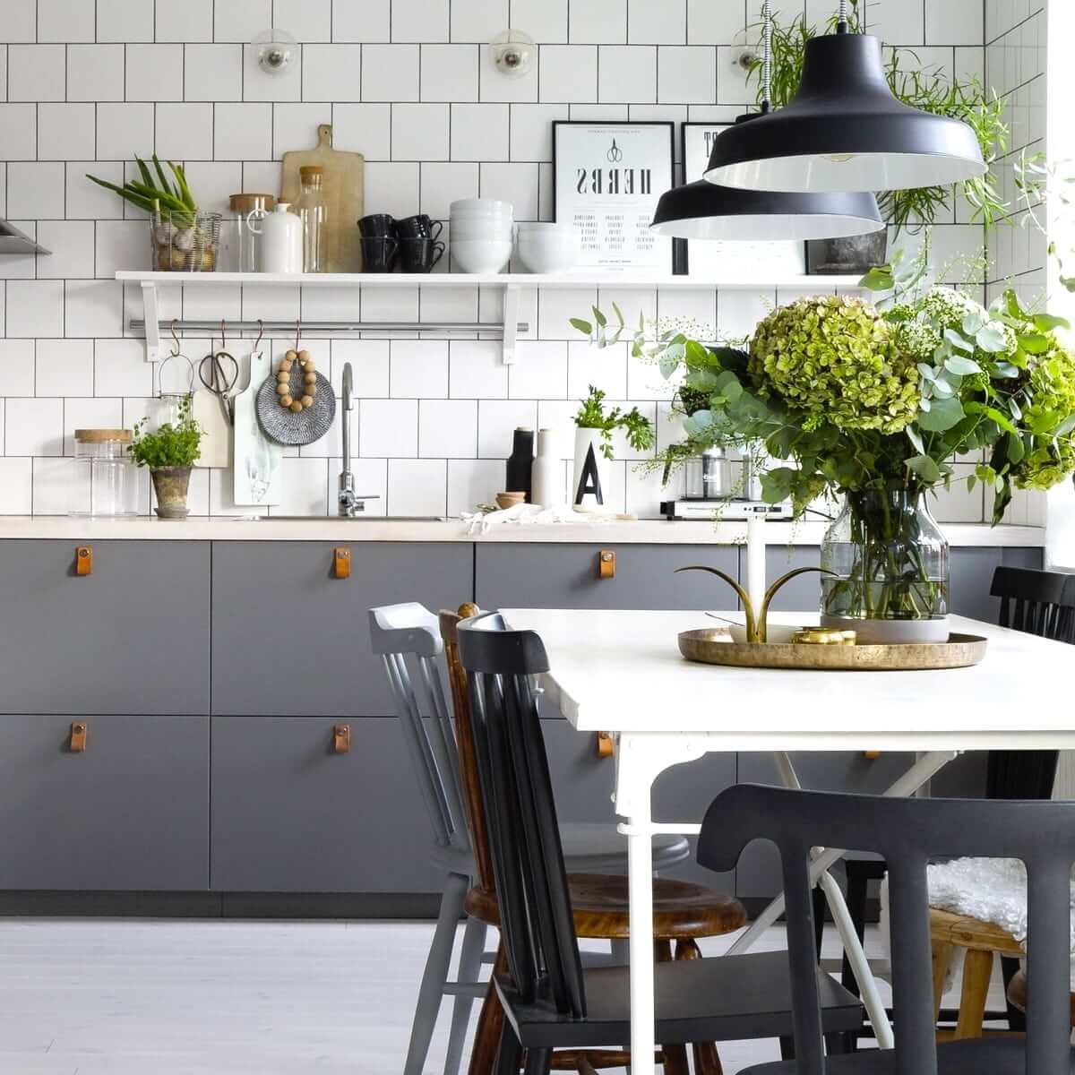 Модный, лаконичный и непринуждённый дизайн кухни украшенный красивыми растениями
