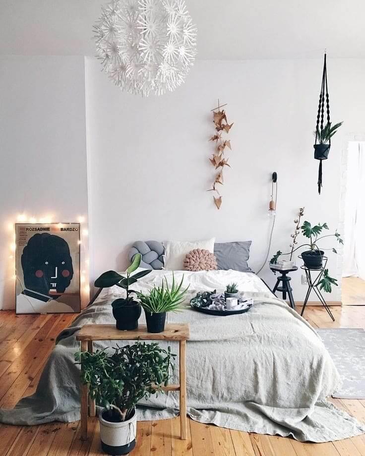 Обилие живых растений в интерьере спальни дарит ощущение свежести и простора