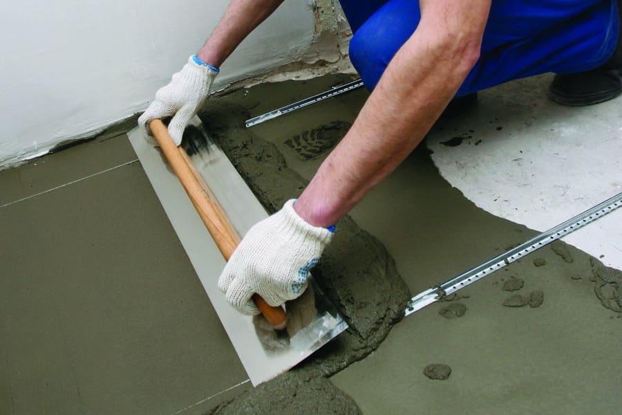 Pour égaliser le sol, la règle doit être conduite lentement avec une légère pression, en la faisant reposer simultanément sur deux balises