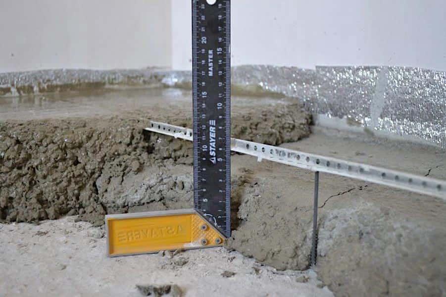 Le bord supérieur de la balise doit être à la même hauteur que la surface du sous-plancher.