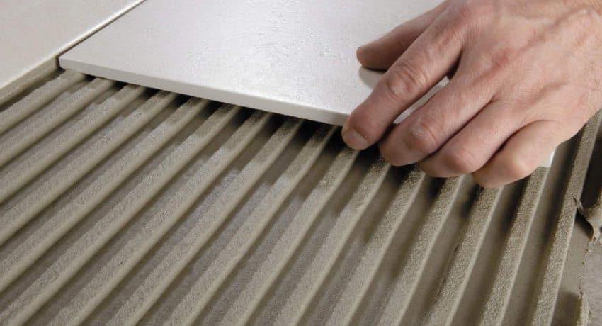 Un adhésif à base de ciment doit être utilisé pour un support de carreaux en béton.