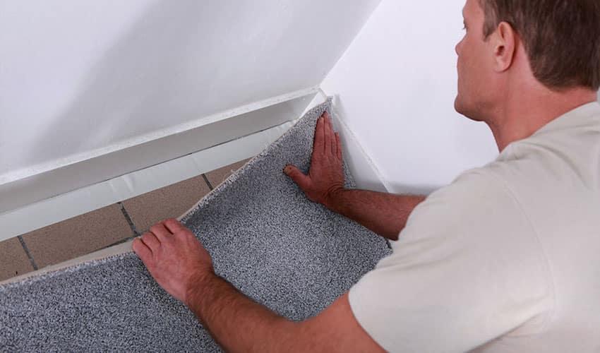 Pour éviter que le tapis ne glisse, les bords peuvent être collés avec du ruban adhésif double face.