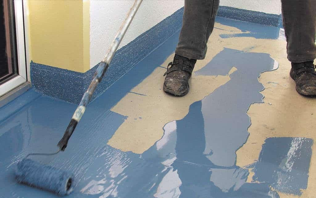 Il est préférable d'utiliser un rouleau à poils courts pour peindre le sol.