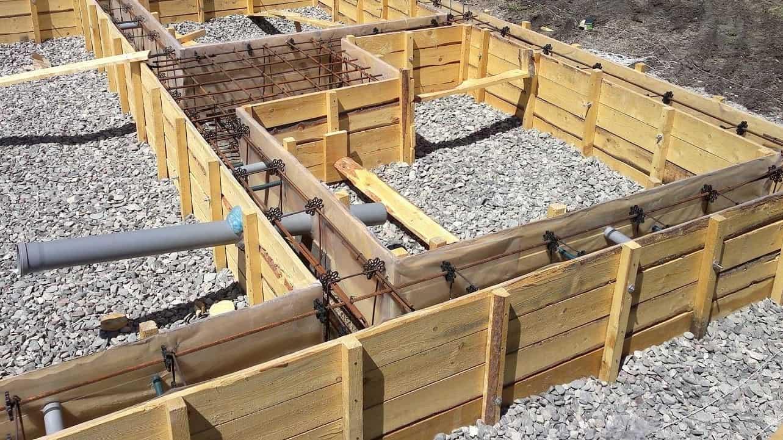 При заливке бетона создается определенное давление, поэтому все элементы опалубки должны быть прочны, герметичны и устойчивы к нагрузкам