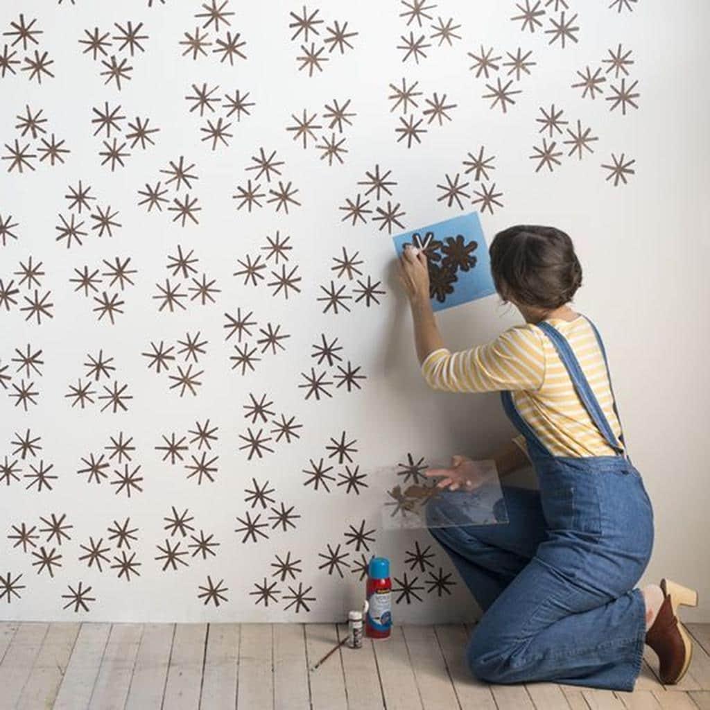 La peinture sur papier peint est une créativité particulière destinée à une décoration intérieure élégante et luxueuse.