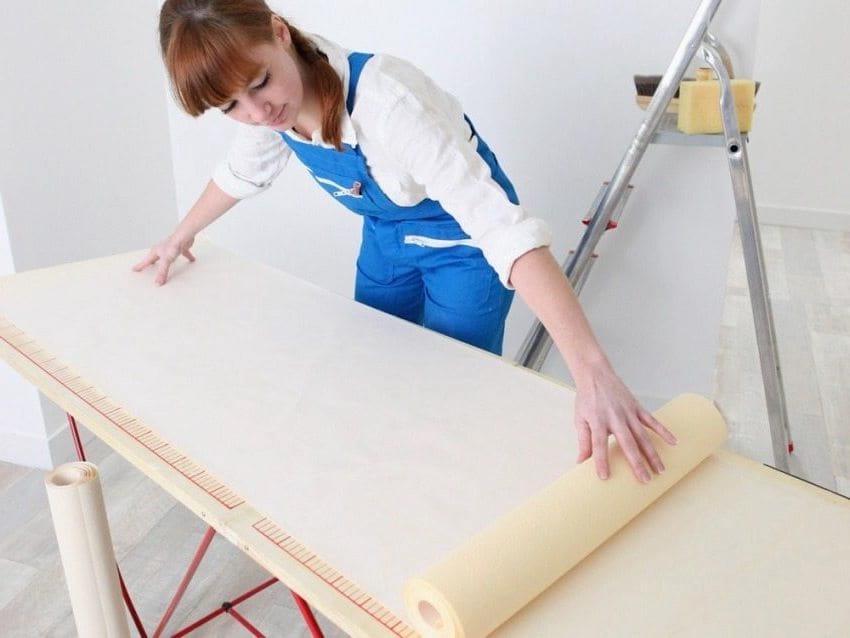 Les dimensions du mur doivent être exactement les mêmes que la longueur de la toile à papier peint.