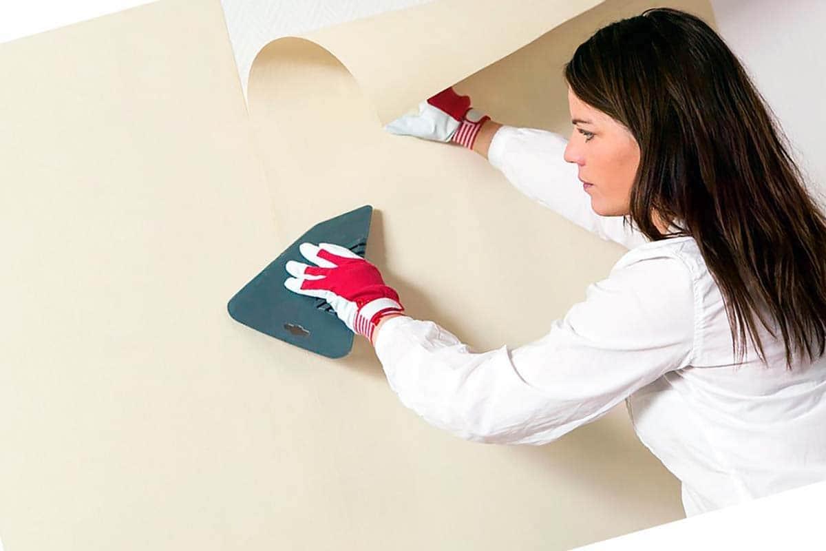 Le plus pratique est de lisser le papier peint avec une truelle spéciale en plastique.