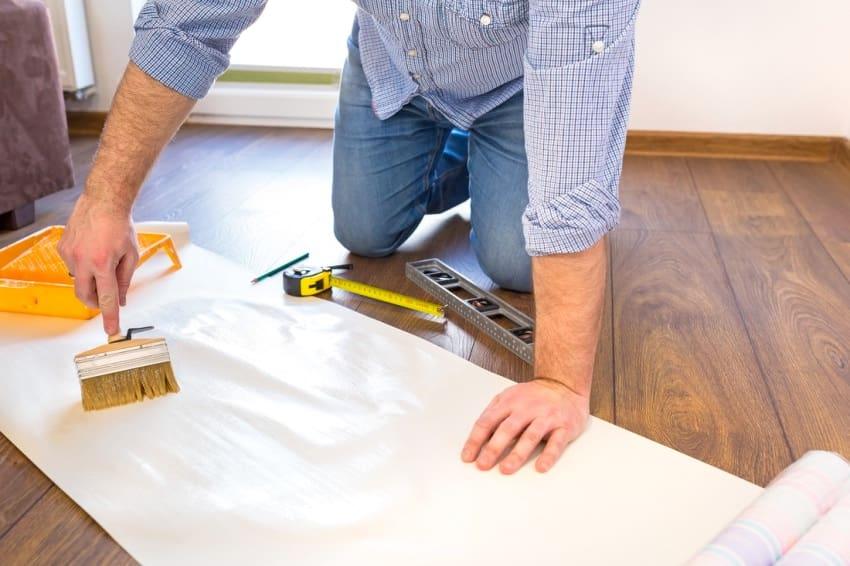 Appliquez l'adhésif sur le papier peint à l'aide d'un pinceau plat ou d'un rouleau touffeté.