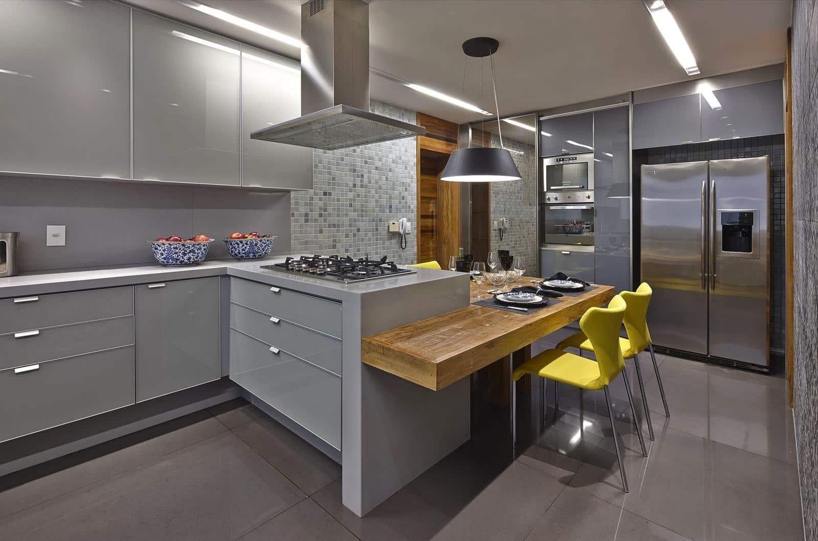 Les comptoirs en pierre acrylique brillante constituent une solution polyvalente pour tous les intérieurs de cuisine.