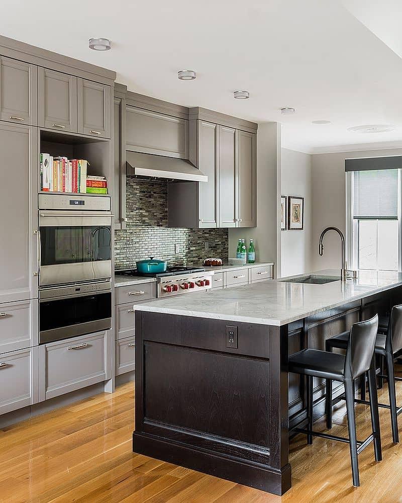 L'utilisation de comptoirs en fausse pierre grise peut faciliter les tâches ménagères de la ménagère.