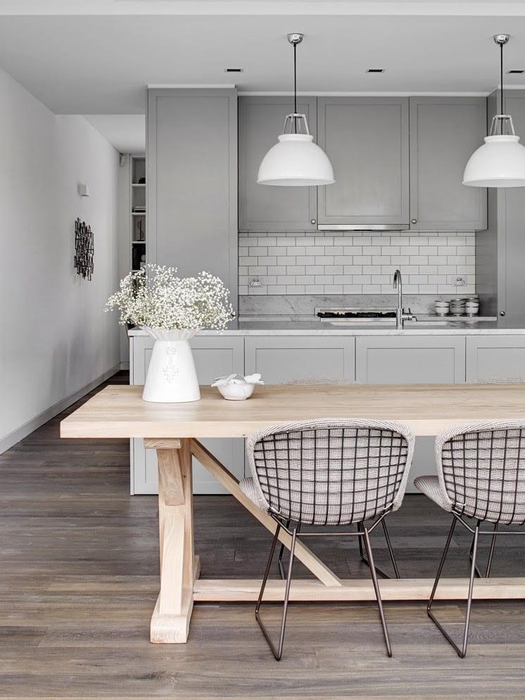 Une combinaison harmonieuse de la couleur grise et du magnifique parquet reprenant le grain naturel du bois.