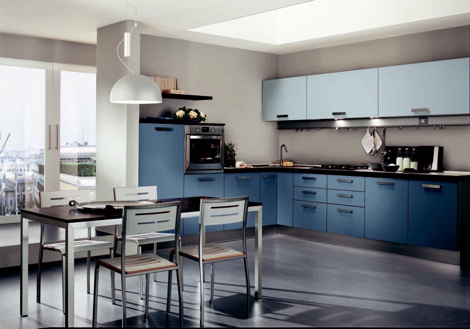 Un intérieur de cuisine luxueusement spacieux et vieilli dans des tons gris-bleu-bleu