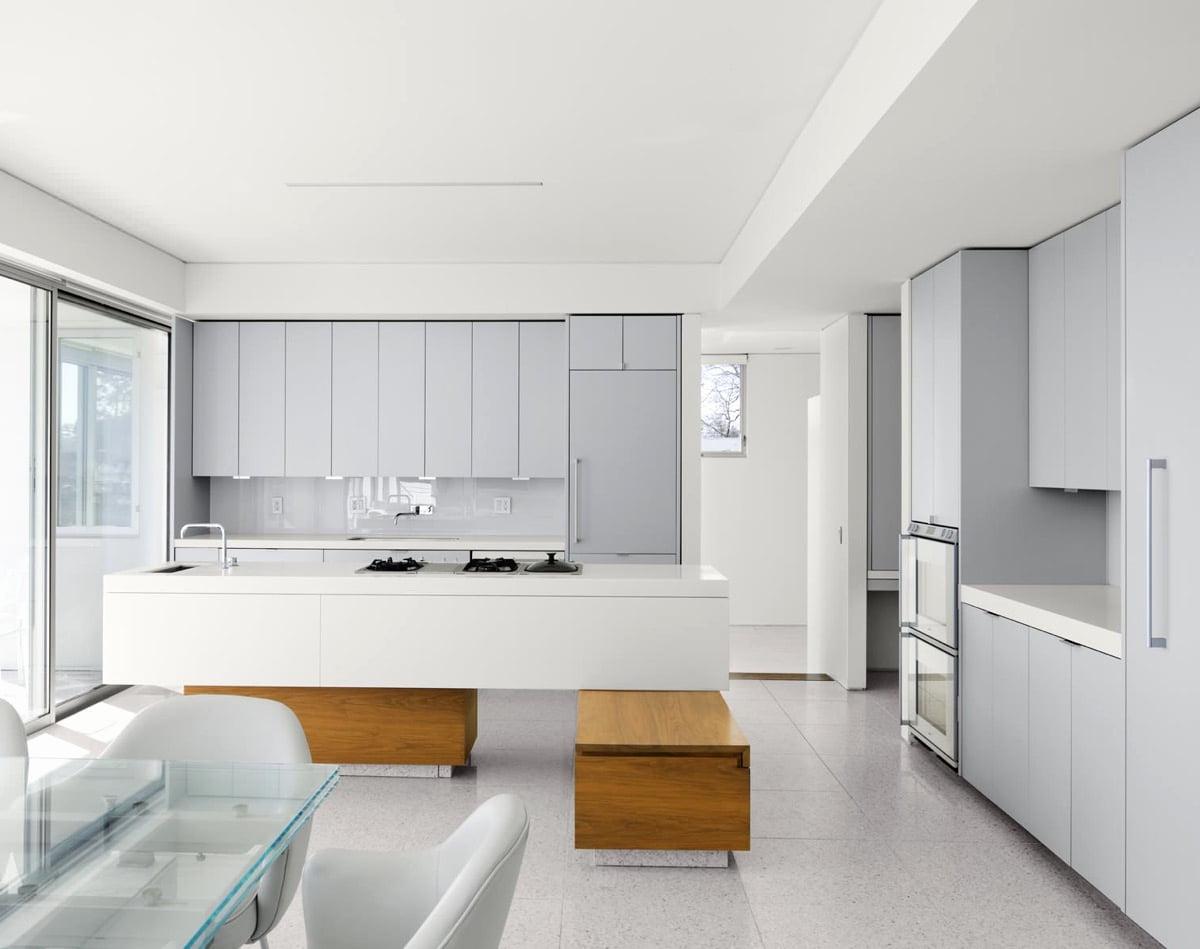 L'intérieur de la cuisine dans des tons gris clair donne un sentiment unique de tranquillité et de chaleur.