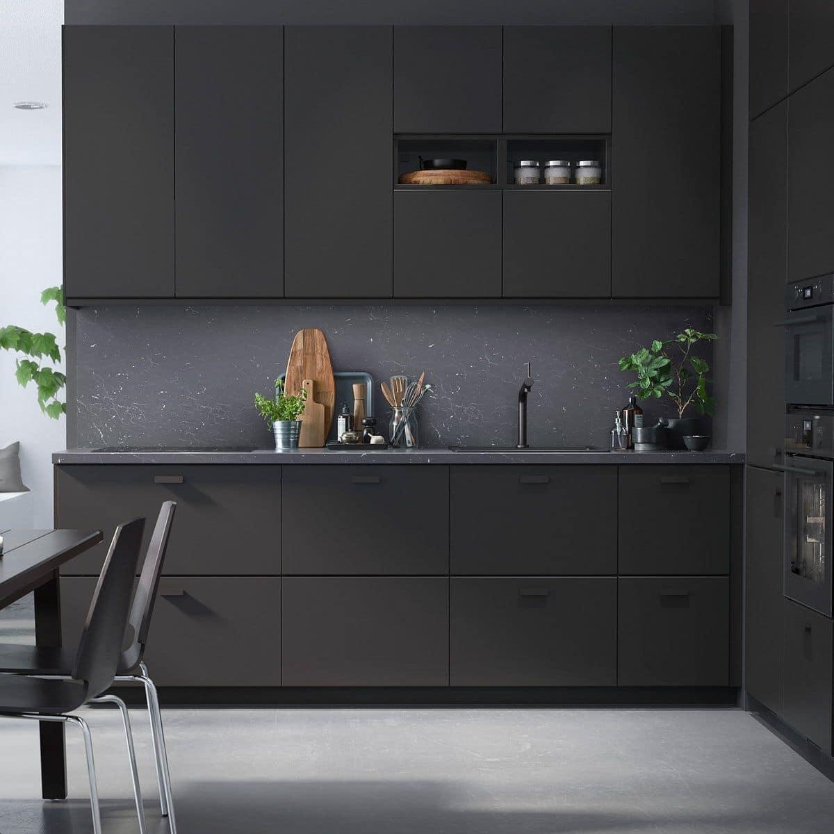 Intérieur de cuisine stylé dans des tons noirs et gris