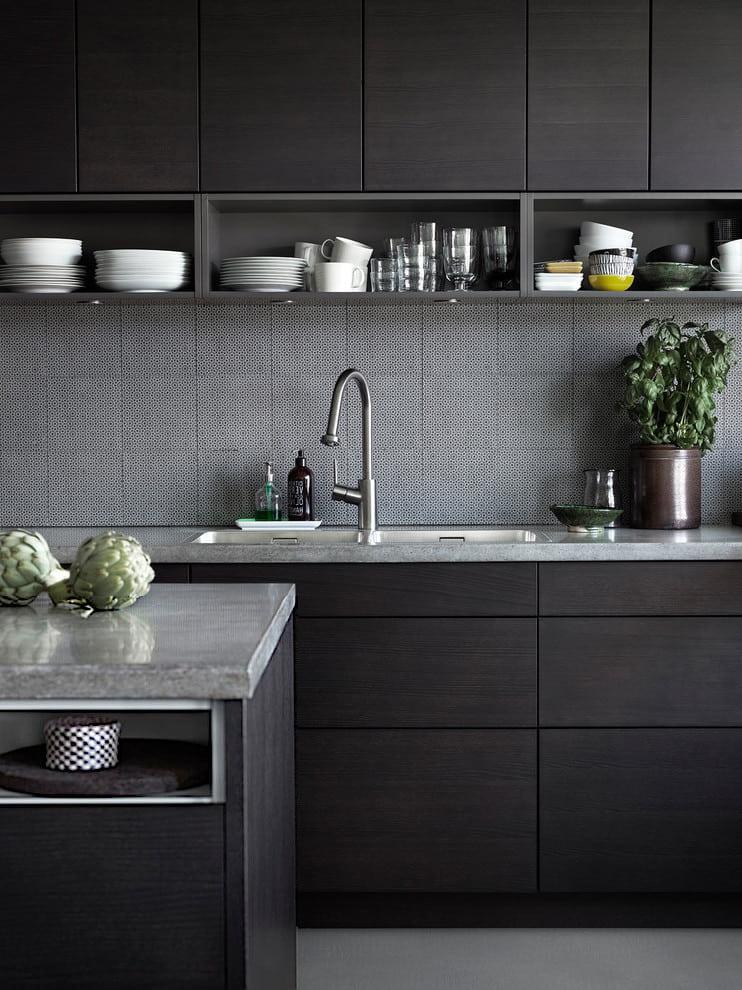 Le tablier en carreaux gris frappant contre les façades noires est sophistiqué et non conventionnel.