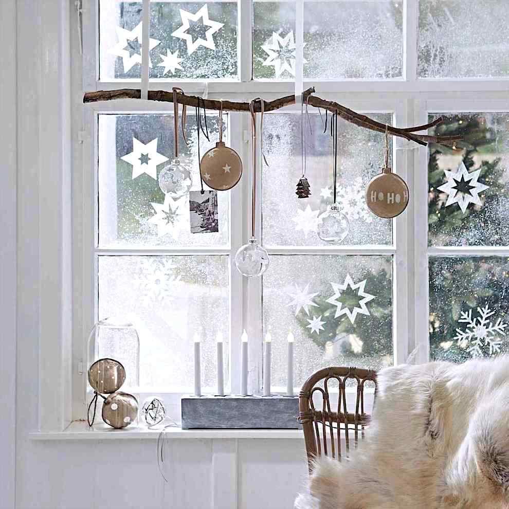 Оригинальная подвесная композиция из новогодних шариков и сухой ветки дерева