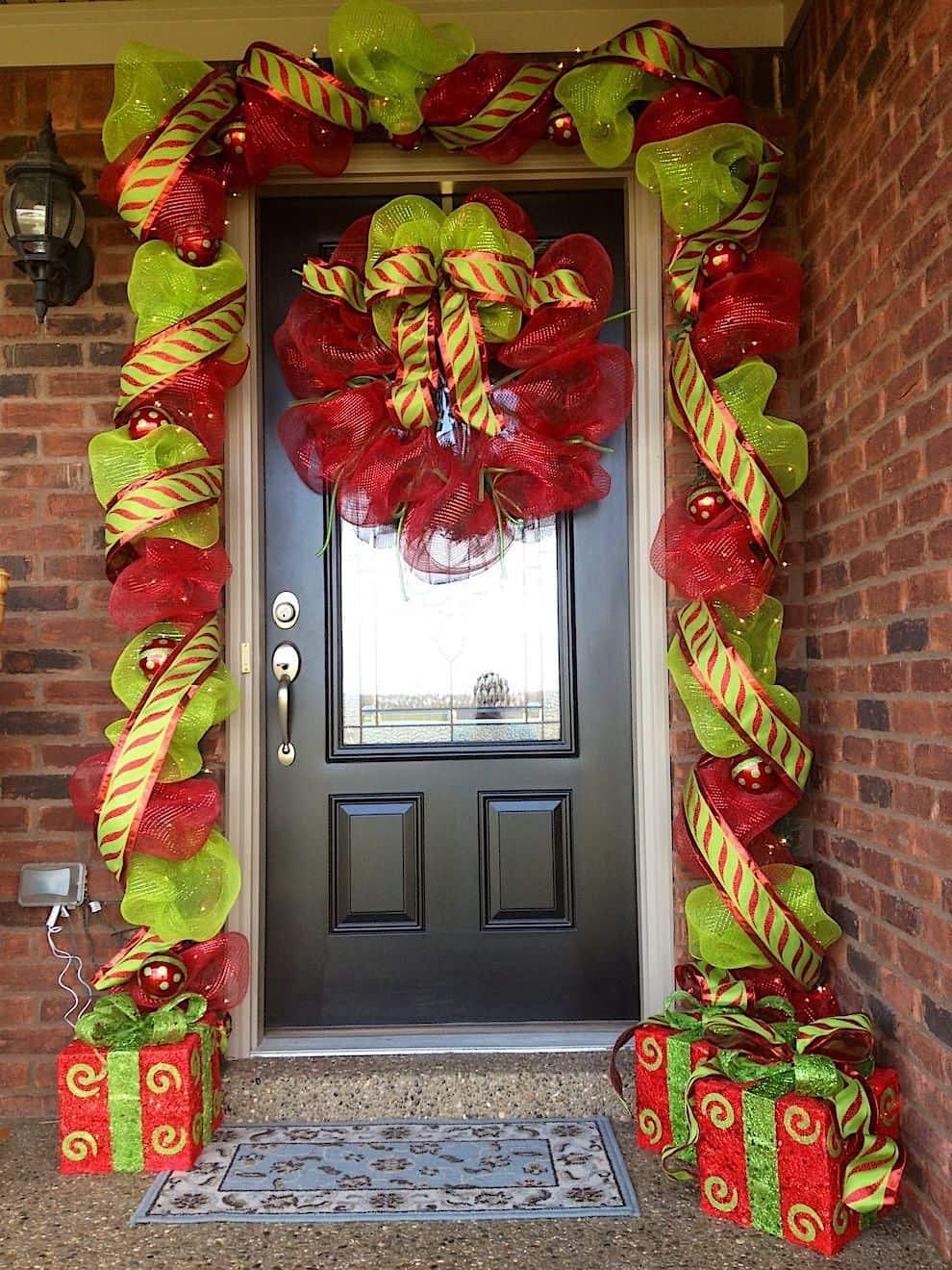 В качестве элементов декора для входной двери очень часто используют пышные банты и ленту