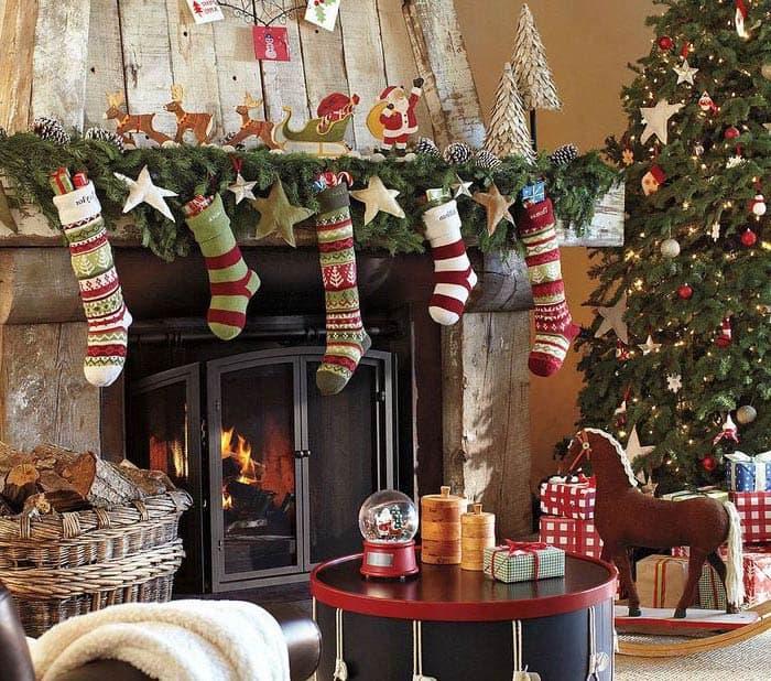 Рождественские носки на камине, в которых после полуночи обязательно появятся подарки
