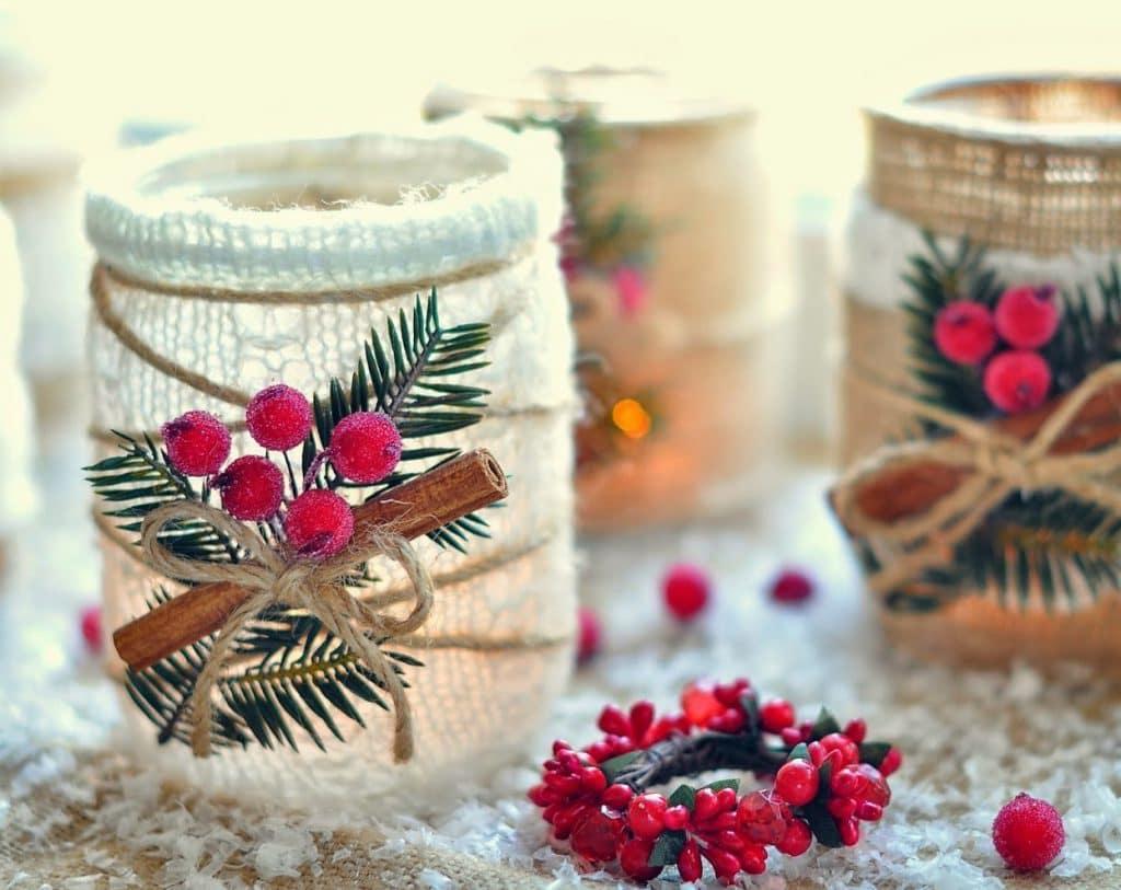 В качестве завершающего декора для украшения банок можно использовать веточку алой рябины с имитацией инея на ягодах