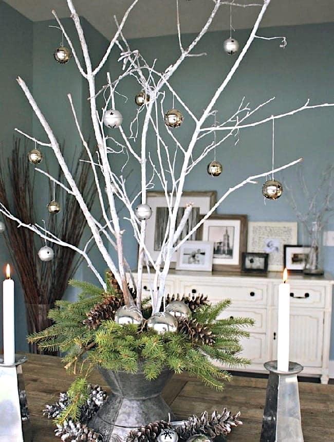Оригинально и нарядно выглядят ветки выкрашенные гуашью в белый цвет