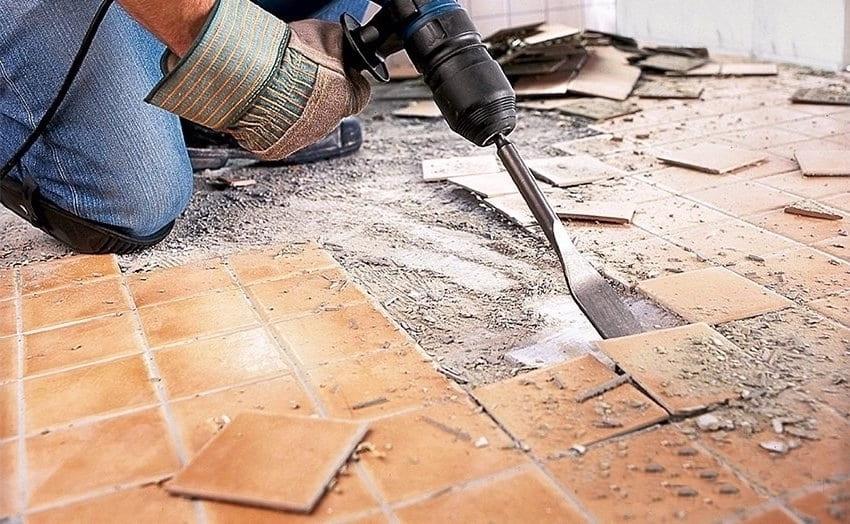 Vous pouvez vous débarrasser très rapidement des vieux carreaux en utilisant un marteau à carreaux muni d'un accessoire spécial.
