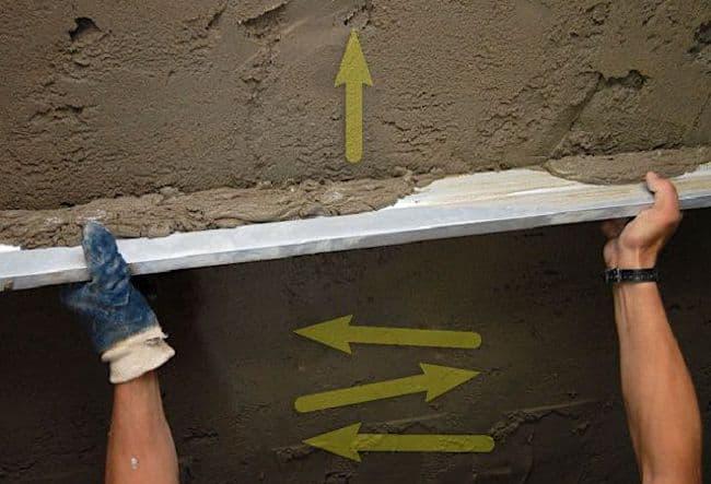 L'illustration montre comment appliquer correctement la truelle sur les chapes.