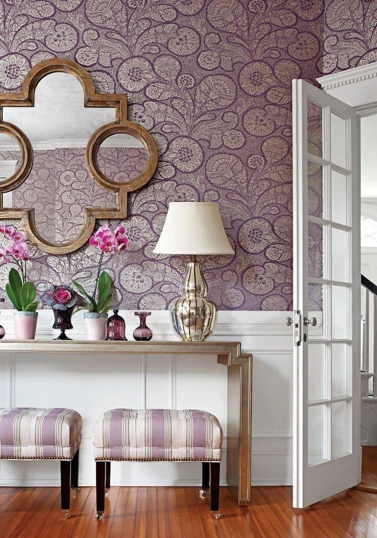 Le papier peint à base de textile est idéal pour les chambres à coucher classiques.